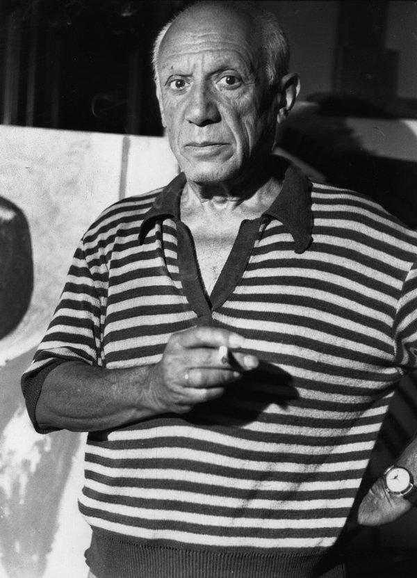 Foto de Pablo Picasso, pintor español, con un polo de manga corta de rayas marineras