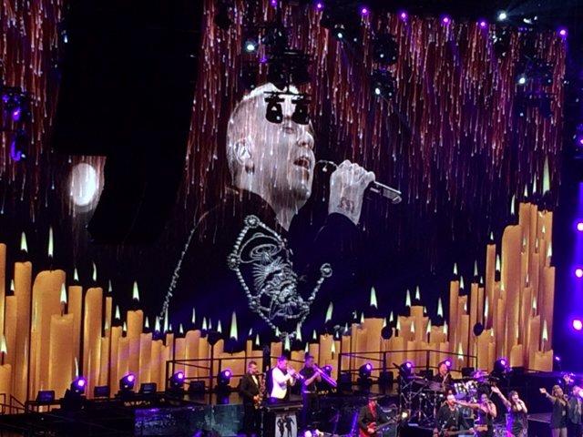 Momento muy emotivo en el concierto que inicia la gira de Robbie Williams por las víctimas del siniestro aéreo del Airbus en los Alpes Franceses