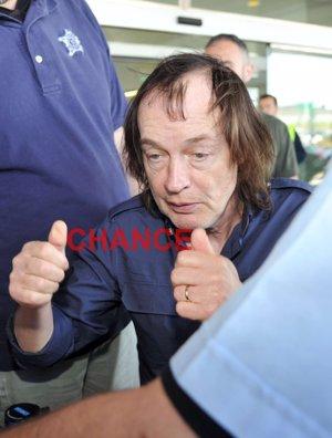Angus Young  de ACDC llega a Barcelona y saluda