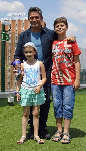 Alejandro Sanz de lo más solidario en el jardín de la Fundación Juegaterapia del Hospital 12 de Octubre