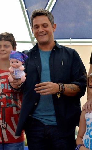 Con un 'Baby Pelón', los muñecos que ha creado Juegaterapia y cuyo pañuelo está diseñado por su hija