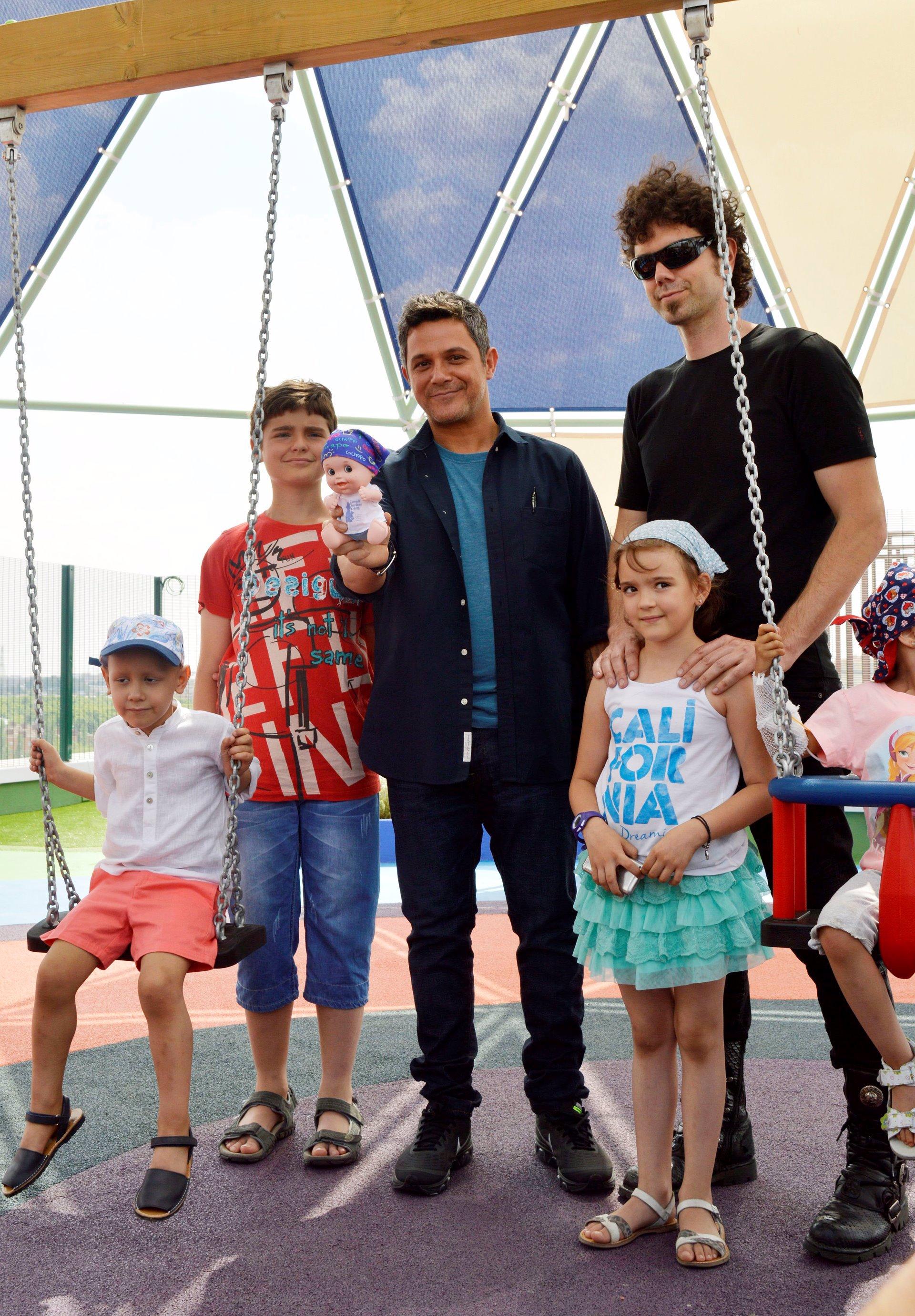 Alejandro Sanz con el Hombre de Negro y los niños del Hospital 12 de Octubre