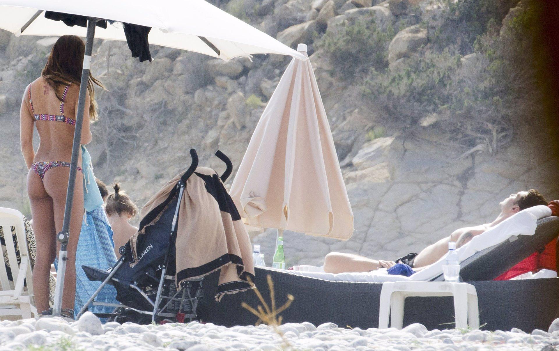 Belén Rodríguez en bikini y Stefano al sol