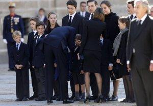 Los Reyes de España dando el pésame a la familia de Don Carlos
