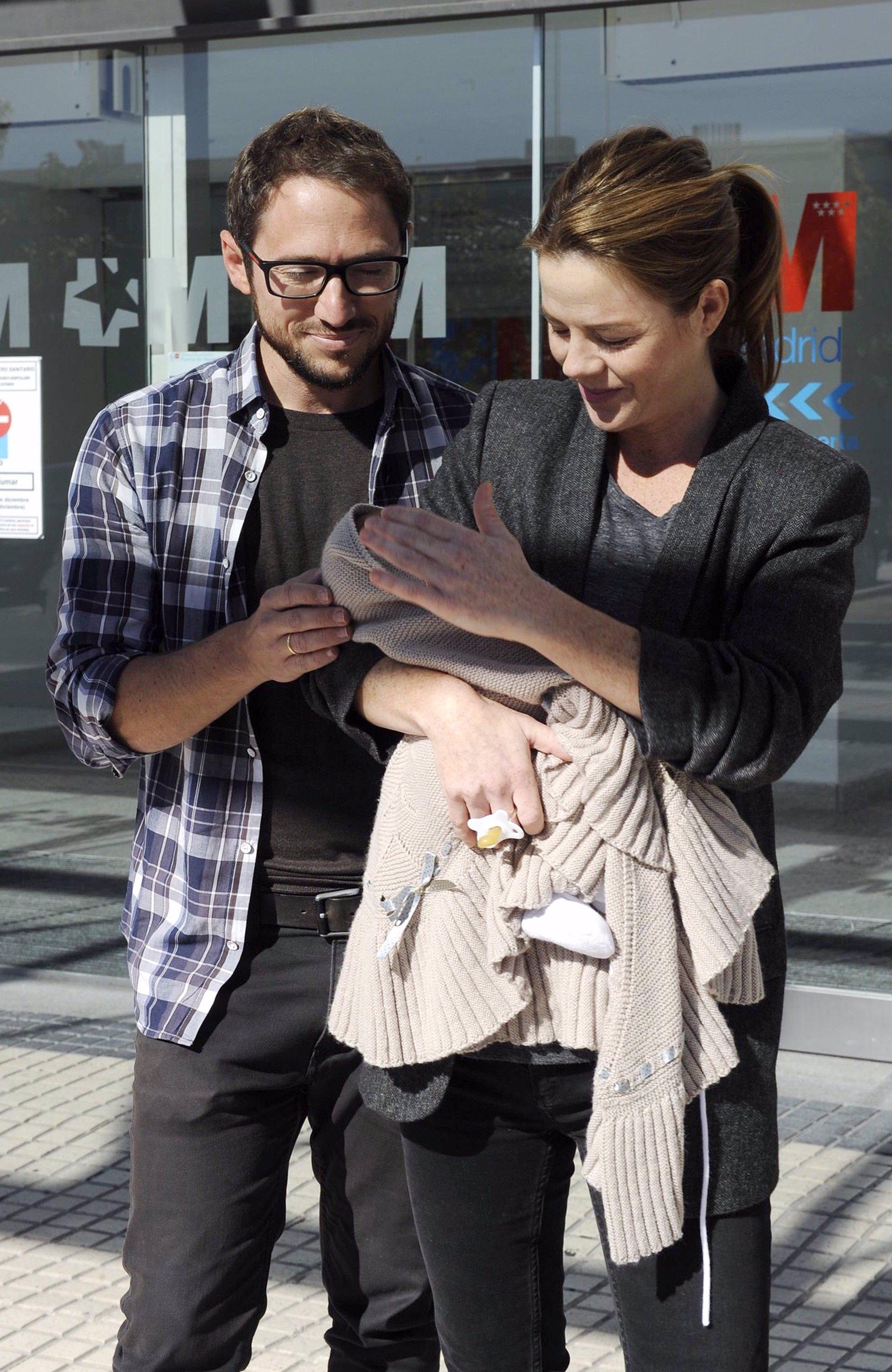 Amelia Bono y su bebé reciben el alta hospitalaria tras la cuarta ...