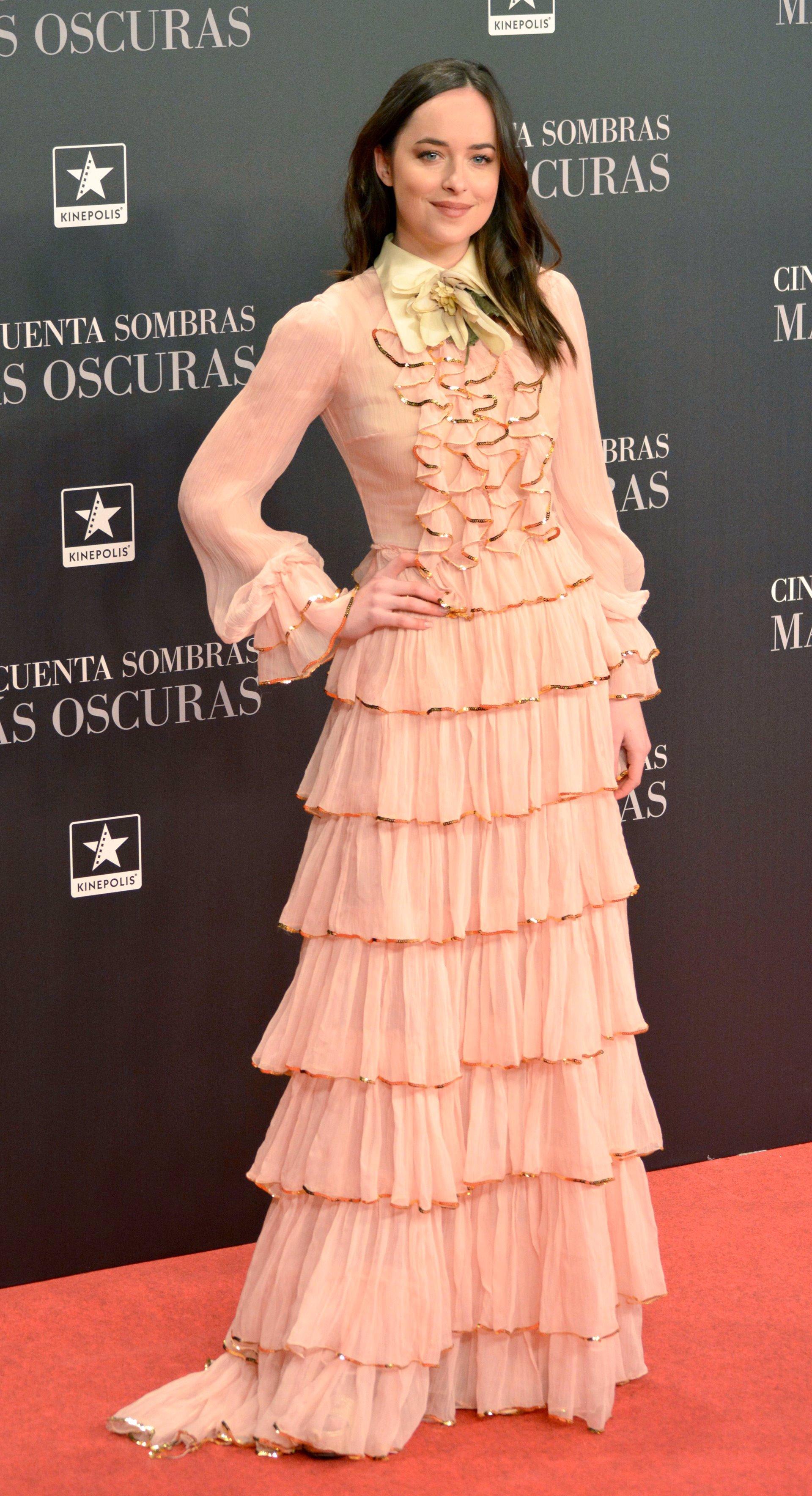 En qué estaría pensando Dakota Johnson para ponerse ese vestido en ...