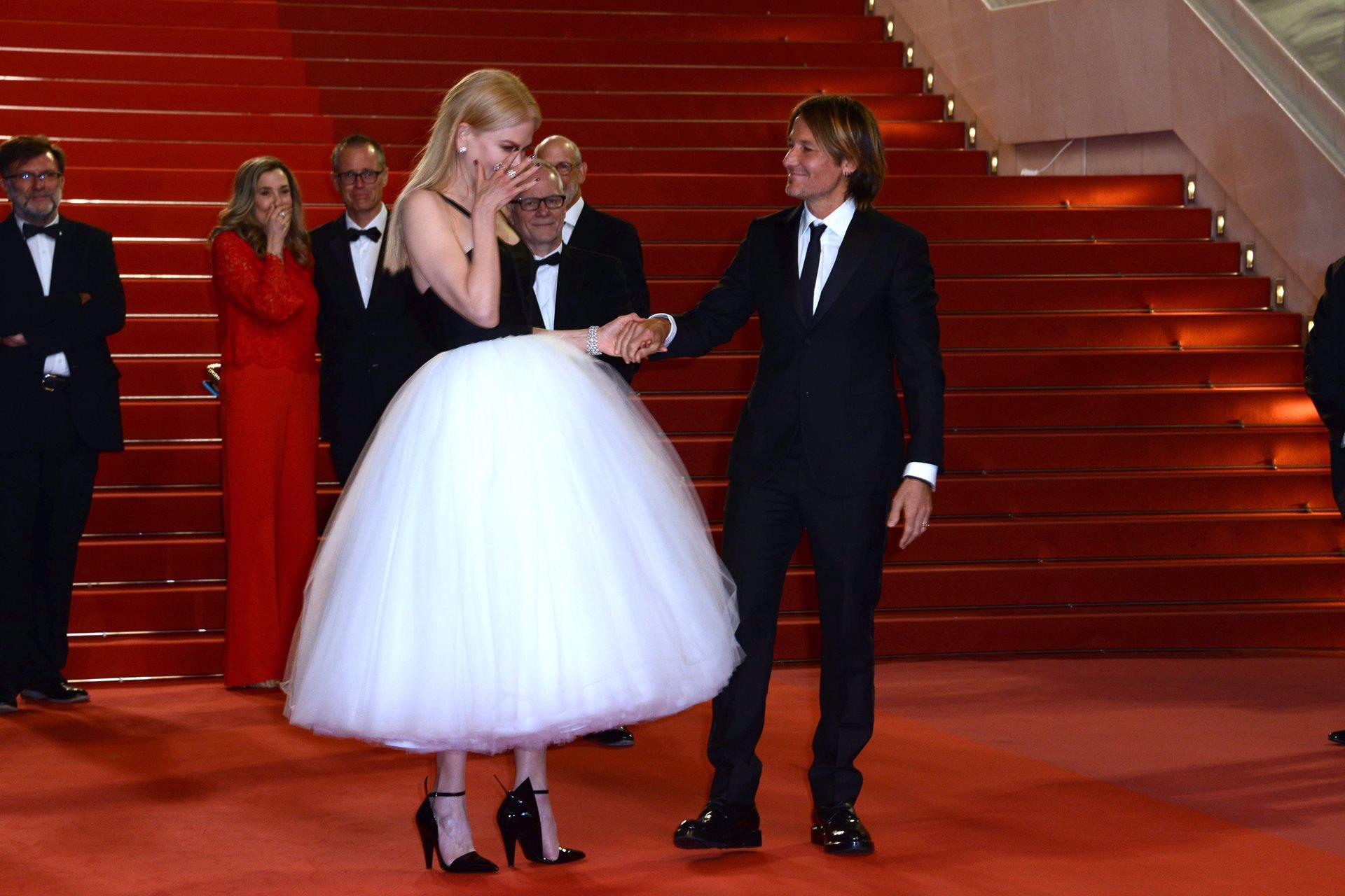 En la alfombra roja también estuvo presente una espectacular Eva Longoria con un diseño de Marchesa y Sara Sampaio con un provocativo vestido del italiano ...