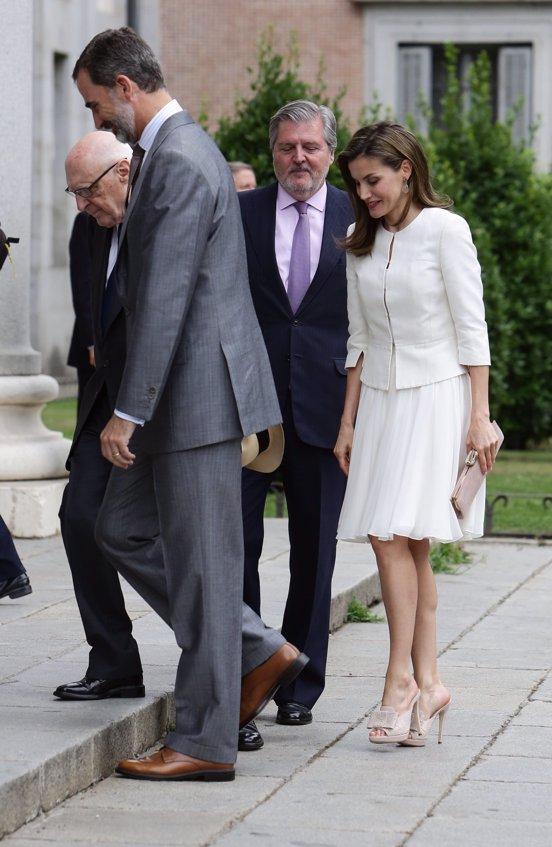 La Reina Letizia aparece de lo más elegante con look en blanco en el Museo del Prado.- Europa Press