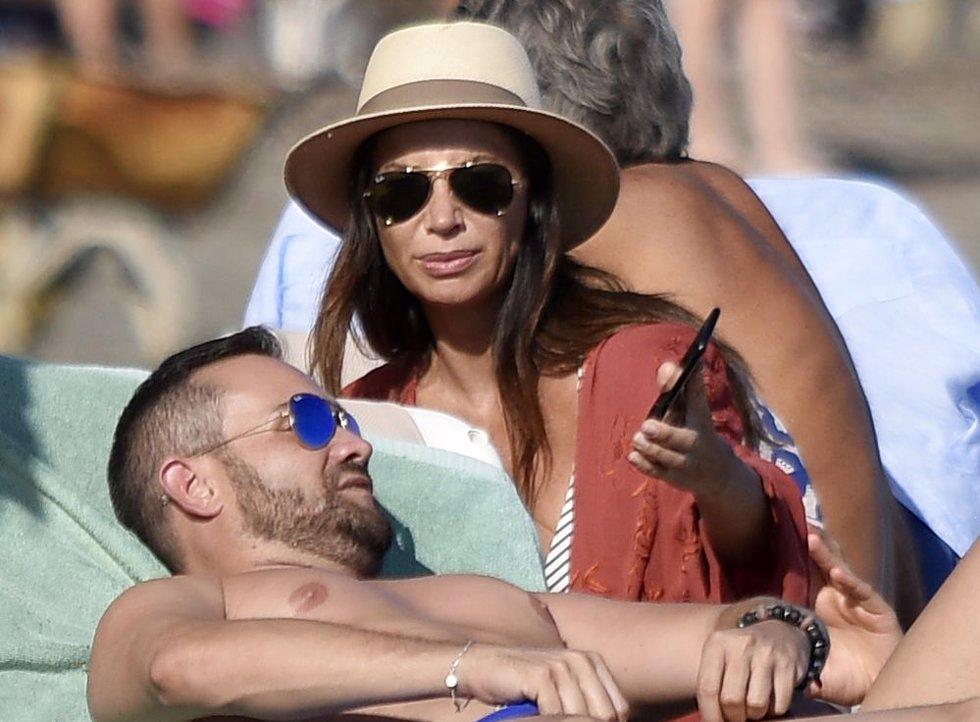 Cecilia Gómez, espectacular, se relaja en la playa con amigos