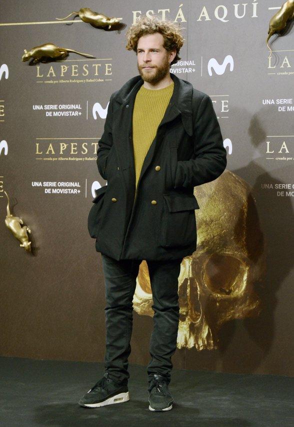 Álvaro Cervantes en el estreno de La Peste