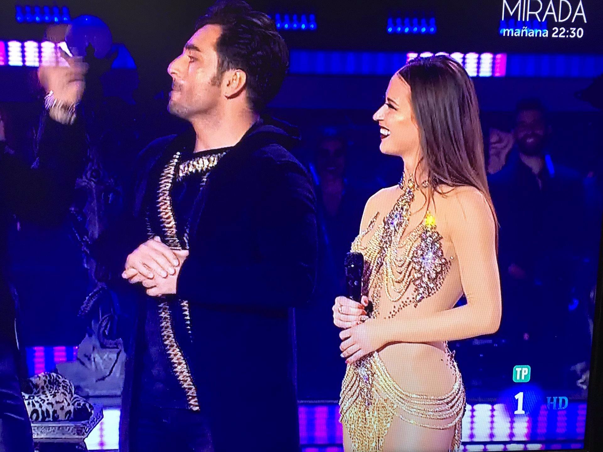 Bustamante baila con una espectacular Yana Olina que deslumbró con su vestido