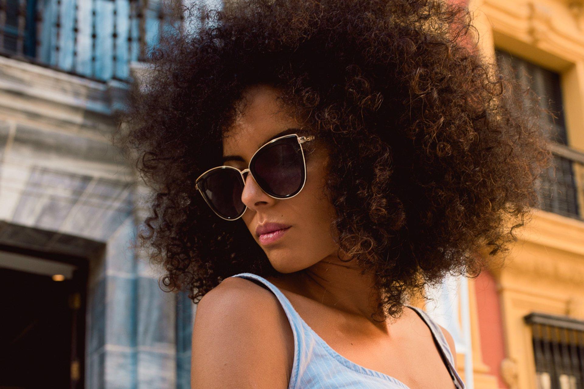 32a9c3ae08 En esta temporada aparecen nuevas gafas de sol de mujer con diseños de  lentes que se asemejan a las cat eyes terminadas en punta que alargan tu  mirada o con ...