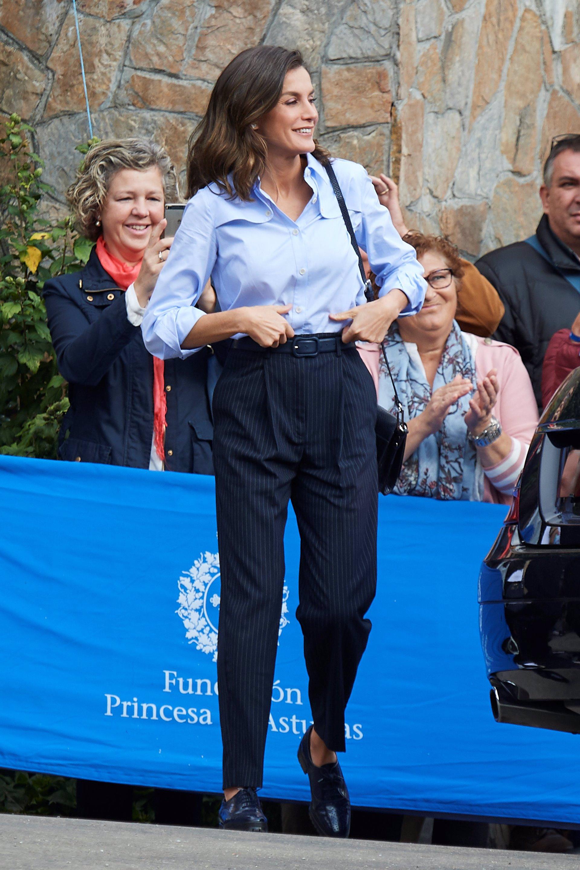 La Reina Letizia con camisa azul de Imiloa, un guiño a su Asturias y al azul