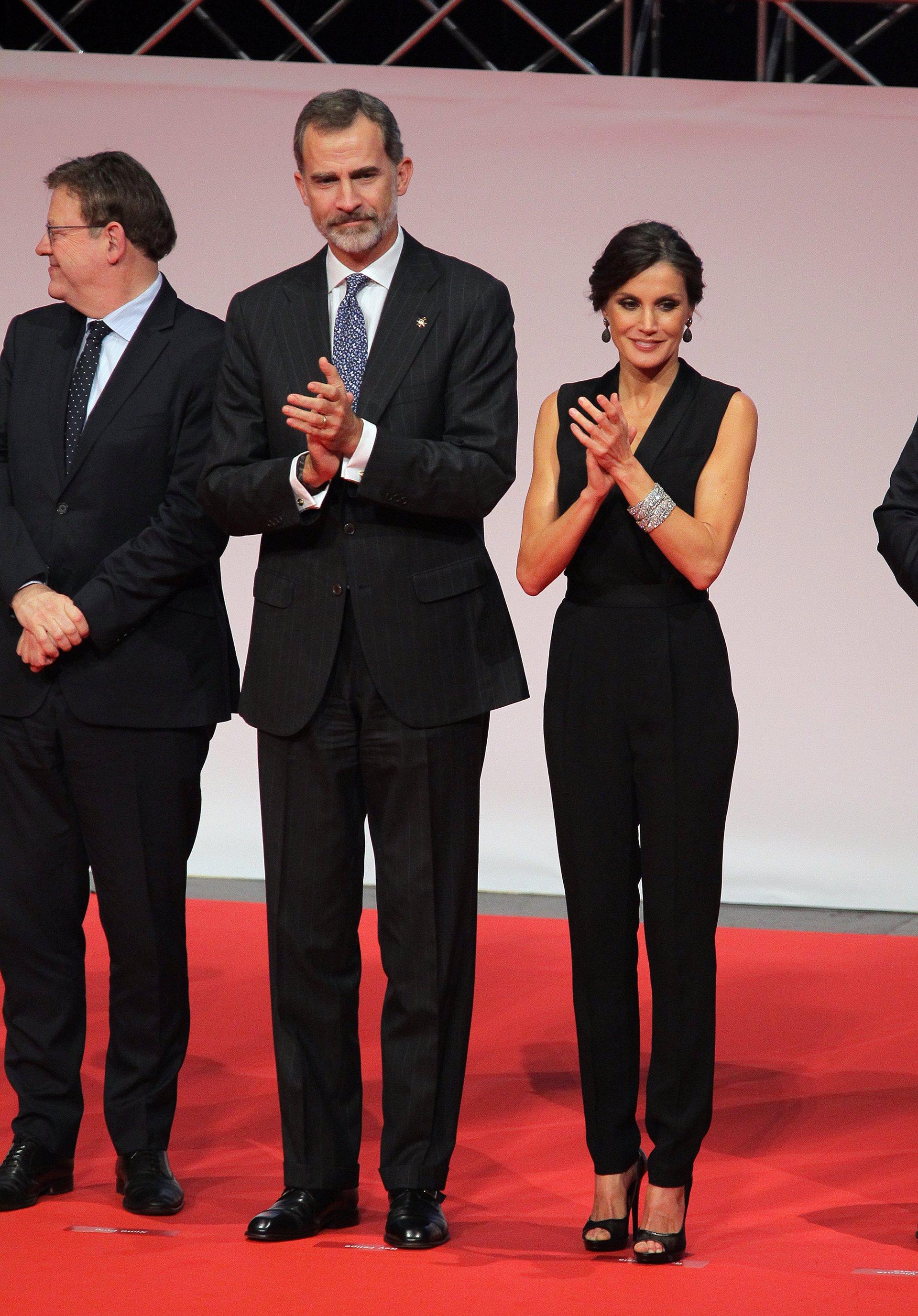 Los Reyes Felipe y Letizia presiden la Noche de la Economía Valenciana. Letizia muy guapa con mono esmoquin de Hugo Boss que ya estrenó en 2016 en París