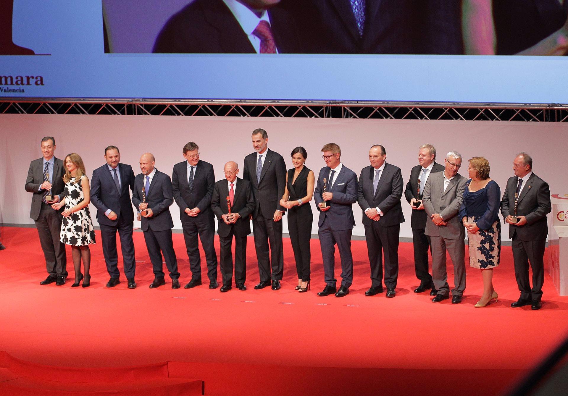 Los Reyes Felipe y Letizia foto con todos los premiados en la Noche de la Economía Valenciana