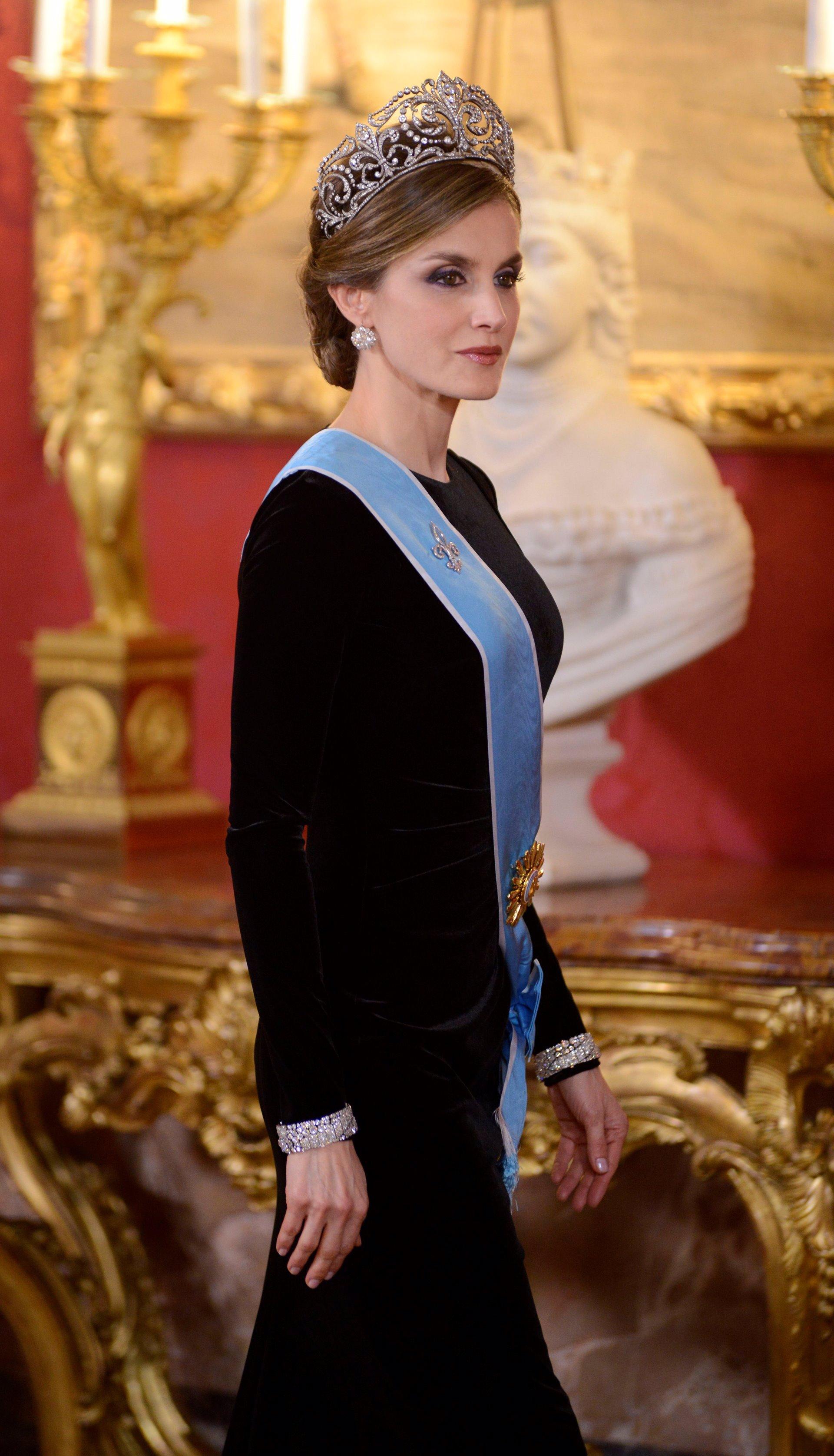 La Reina Letizia con Varela negro terciopelo y pulseras gemelas de Cartier para recibir a Mauricio Macri y Juliana Awada en 2017. También lució la corona de Flor de Lis