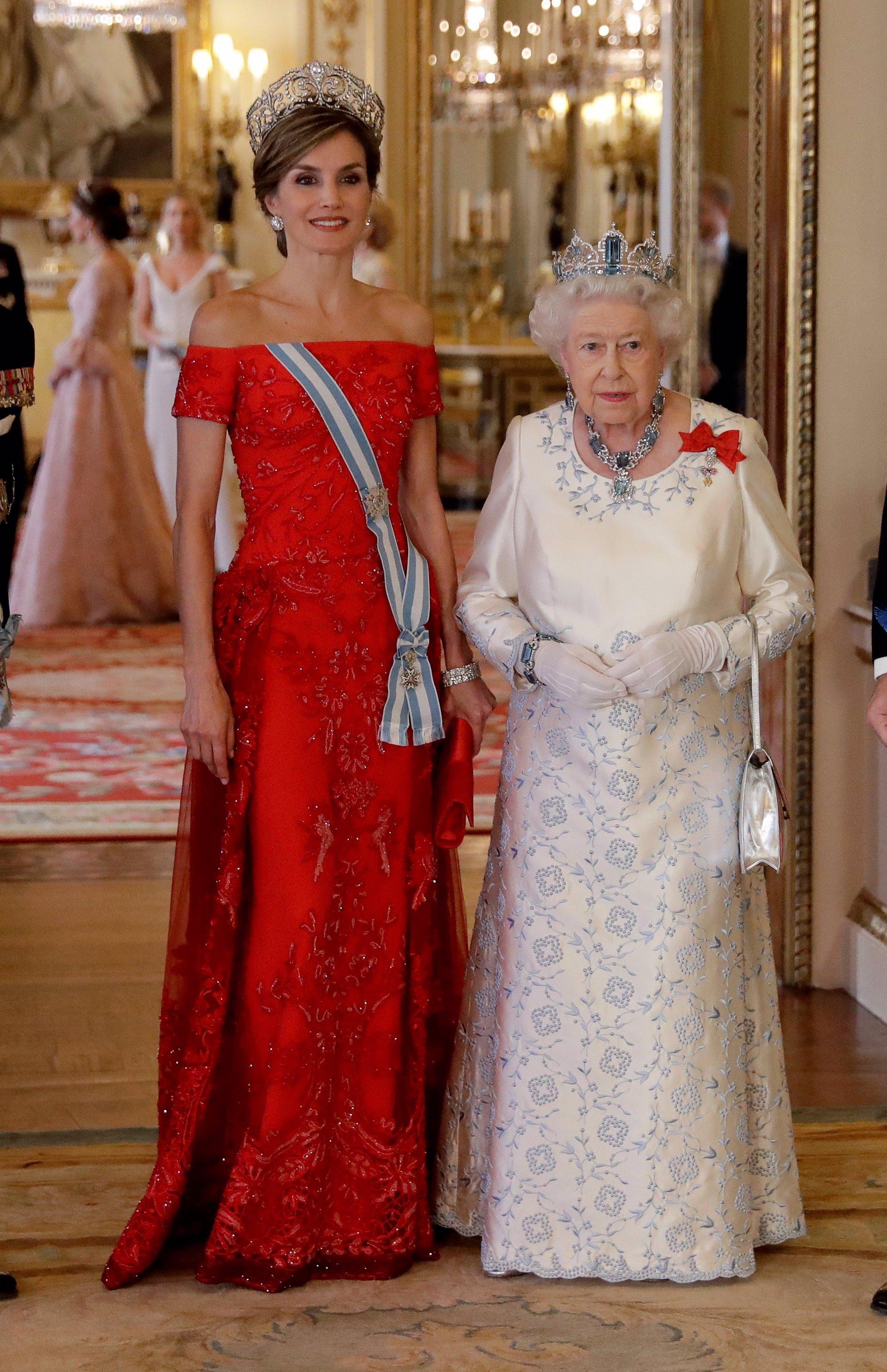Cena de Gala a los Reyes de España en el Palacio de Buckingham con la Reina Isabel II, Letizia de Rojo con las pulseras gemelas de Cartier (joyas de pasar)