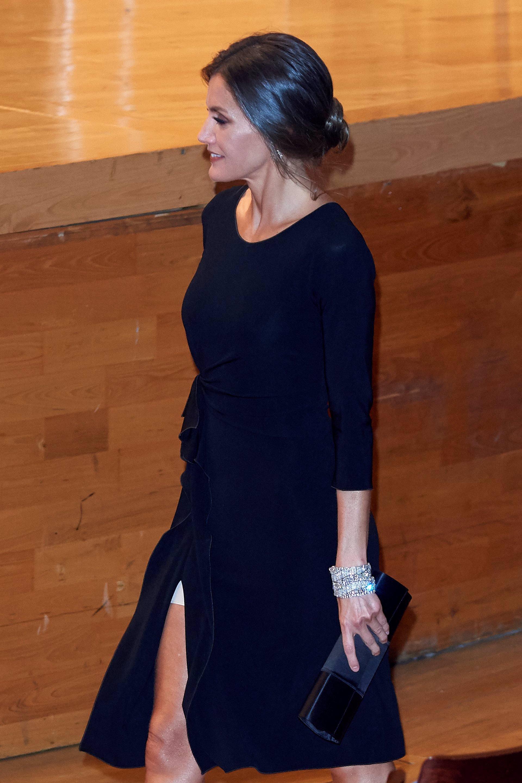 La Reina Letizia de lo más elegante en Asturias con las pulseras gemelas a modo brazalete,  del joyero de las joyas de pasar, este 2018