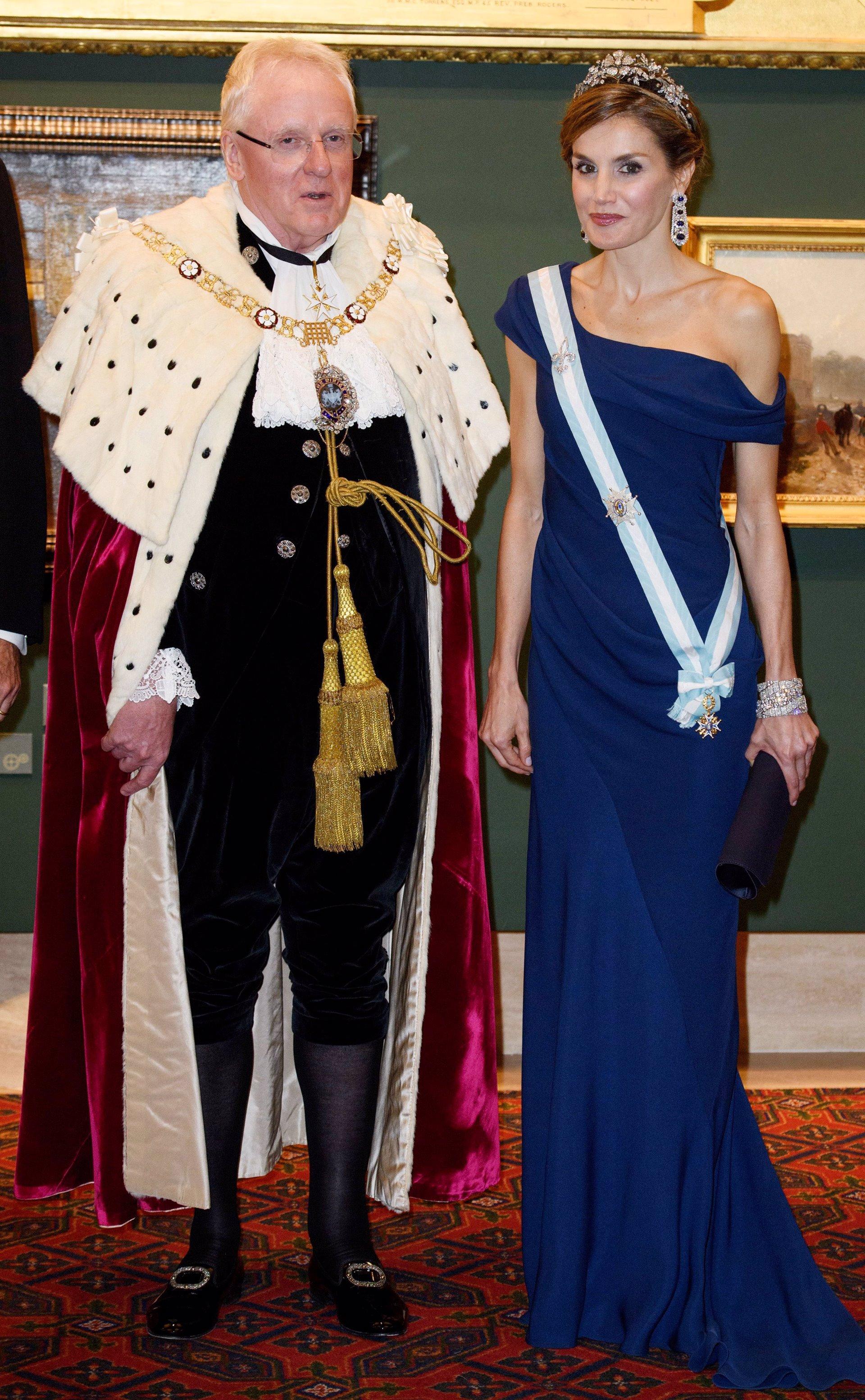La Reina Letizia homenajea a la Reina Victoria Eugenia de Battemberg en su visita a Londres con las pulseras gemalas de Cartier