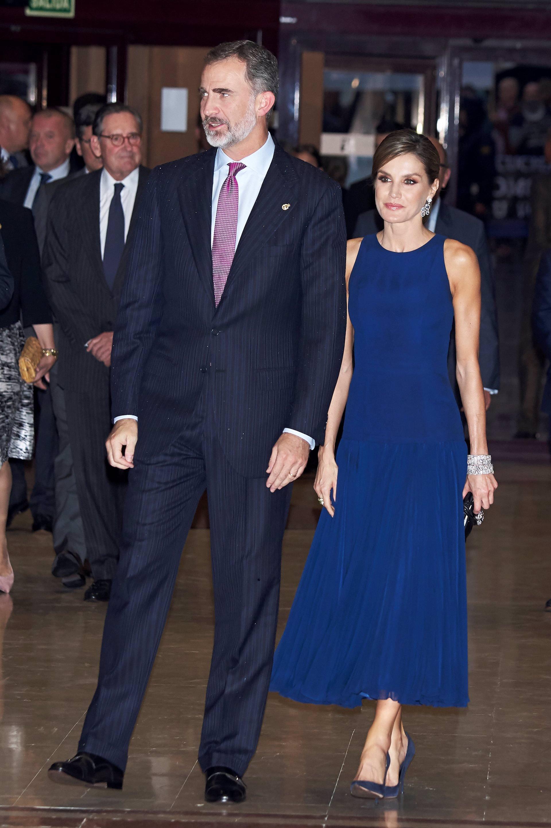 La Reina Letizia con las pulseras gemelas en los Premios Princesa de Asturias 2017 vestida de azul Asturias