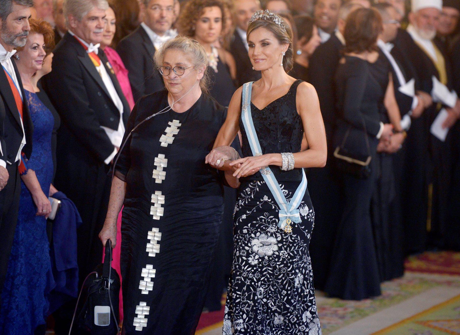La Reina Letizia con las pulseras gemelas durante la visita del presidente israelí y su mujer Nechama Rivlin