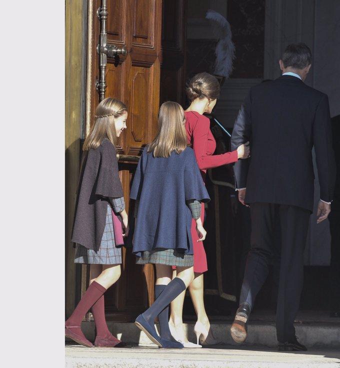 La Princesa Leonor y la Infanta Sofía, vestidas, 'iguales' en azul y burdeos