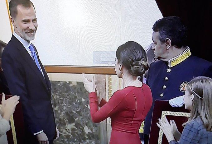 El Rey Felipe se ríe con Letizia por sus aplausos
