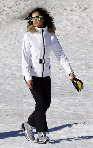 Blanca Romero, vestida para la nieve en blanco y negro con botas glitter en plateado