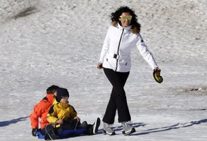 blanca romero disfruta de su hijo Martín en la nieve tirando de un trineo con otro niño