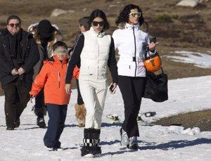 Blanca Romero, Lucía Rivera y Martín en la nieve en Baqueira
