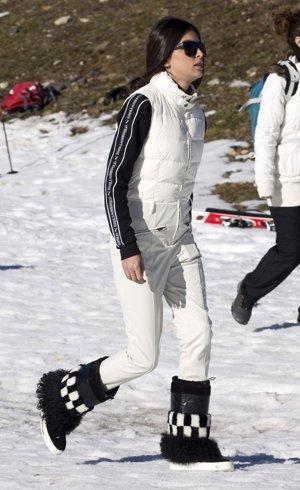 Lucía Rivera, muy guapa en la nieve vestida con traje en blanco y negro y botas de pelo