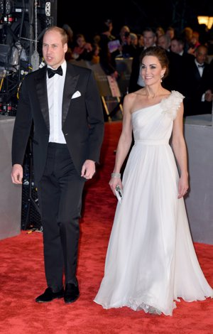 Kate Middleton con vestido vaporoso blanco en los Bafta 2019  y brazalete que recuerda a la Reina Letizia