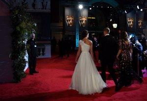 KATE MIDDLETON EN LOS PREMIOS BAFTA 2019 en blanco de Alexander McQueen