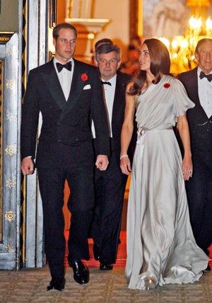 Kate Middleton, muy elegante en una cena de gala en Londres con un vestido plateado con escote asimétrico de Jenny Pachkam
