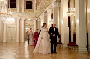 Kate Middleton vestido largo en  blanco vaporoso de corte imperio para  su cena de gala en Oslo el pasado 2018