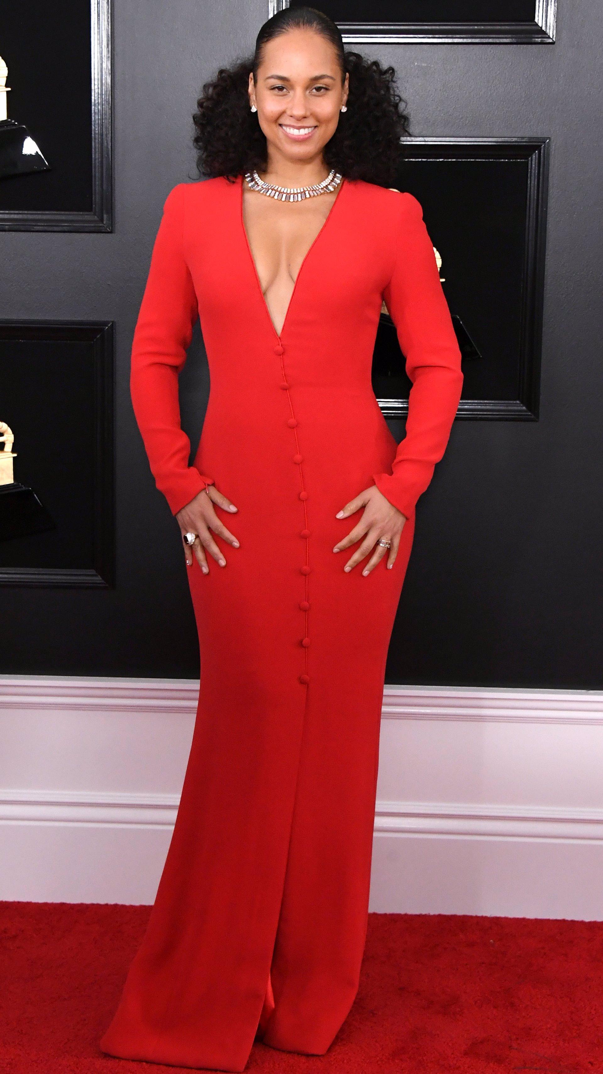 ba1ea93d8 La cantante escogió un vestido camisero rojo con detalles de botones y  escote en V de Giorgio Armani.
