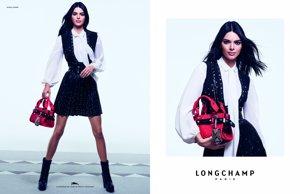 Kendall Jenner en la campaña publicitaria de 'Longchamp' con su bolso estrella de color rojo