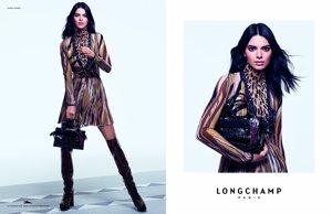 Kendall Jenner en la campaña publicitaria de 'Longchamp' con su bolso estrella
