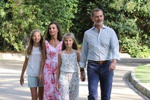 El Rey Felipe, embelesado con Letizia y sus hijas, Leonor y Sofía en Palma de Mallorca