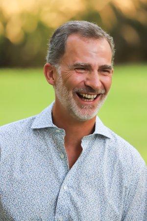 El Rey Felipe, sorprende por primera vez con un camisa de flores en Mallorca, su imagen más rejuvenecida