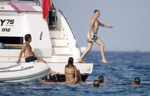 Boris Izaguirre gana el título de 'mejor estilo' al zambullirse en las aguas de Ibiza