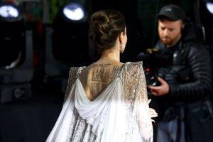 Angelina Jolie  muestra la impresionante espalda de su vestido