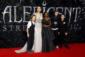 Vivienne, Angelina, ZaharaJ,  Shiloh y Knox