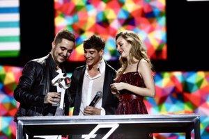 César Vicente y Esther Expósito entregan el premio a Beret