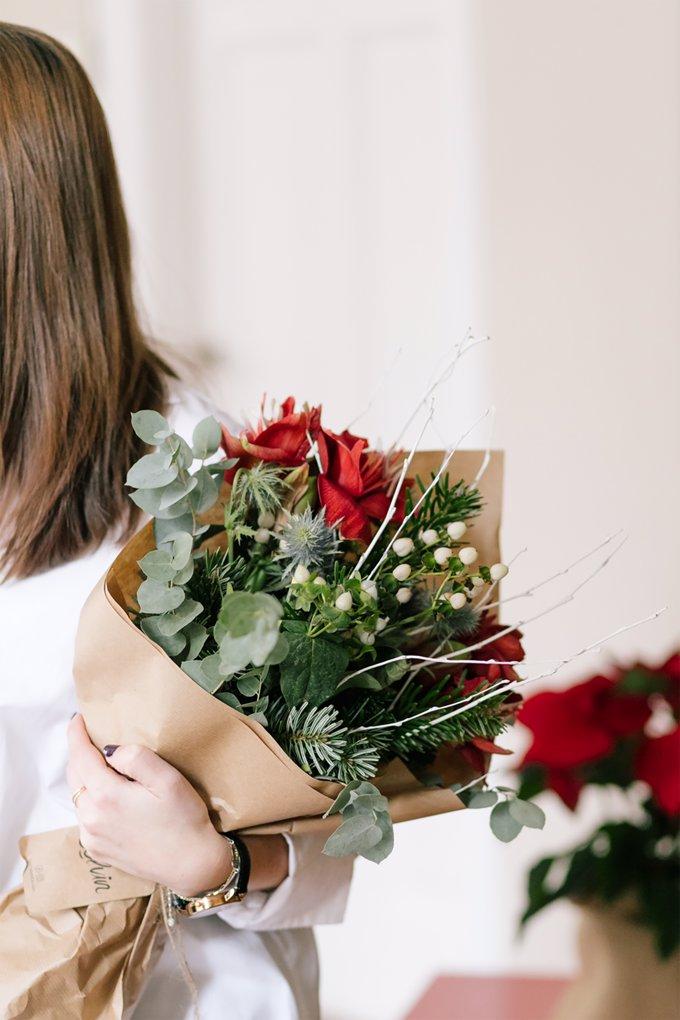 Rudolph: bouquet de flores frescas lleva una combinación de amaryllis rojo, betula blanco, eryngium, eucalipto, hipericum blanco y con la calidez que desprende la normandiana
