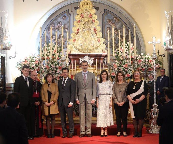 Los Reyes derrochan amor y complicidad en su visita a la Virgen del Rocío