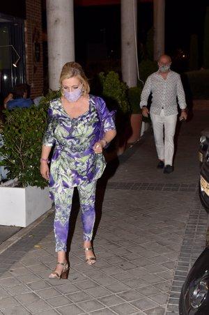 Carmen Borrego y su marido abandonando el restaurante tras cenar con Terelu