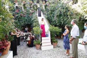 Don Felipe y Doña Letizis disfrutaron del ensayo de la soprano Auxiliadora Toledano durante su visita a los Patios cordobeses