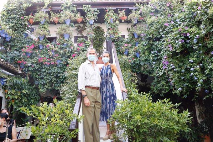 Don Felipe y doña Letizia posan en las escaleras de un famoso Patio cordobés protagonizando la postal más bonita del día