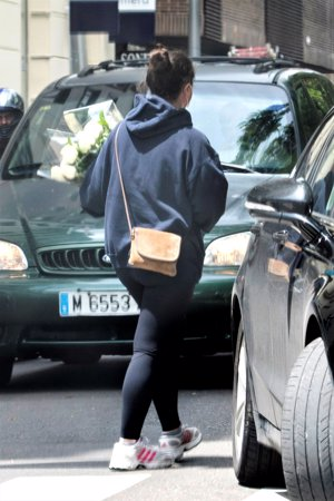 Carolina Monje, novia de Aless Lequio, compra un ramo de flores